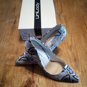 NEW Snakeskin Pointed Toe Pumps